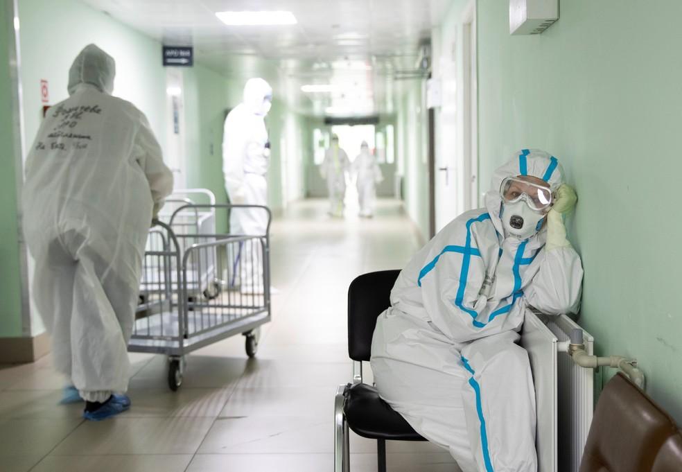 Médica descansa em hospital de Moscou — Foto: Maxim Shemetov / Reuters