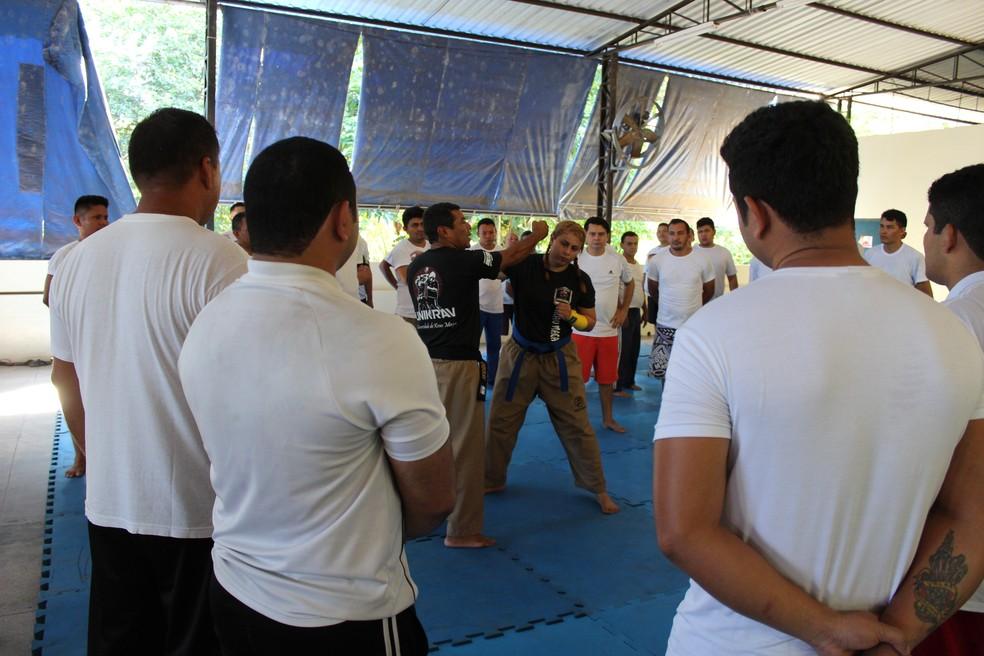 Agentes penitenciários tem aulas de defesa pessoal antes de atuarem em presídios — Foto: Patrick Marques/G1 AM