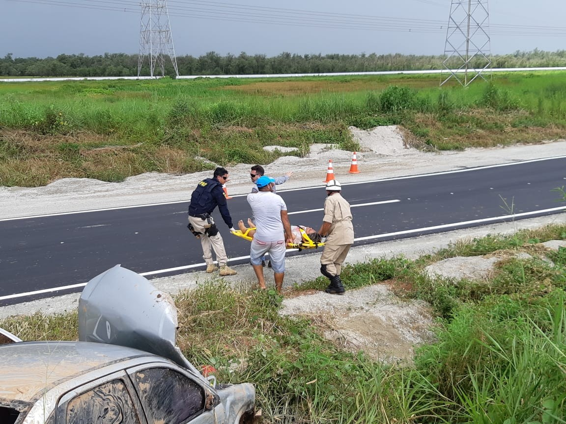 Carro capota e deixa três pessoas feridas no Campo de Peris, na BR-135