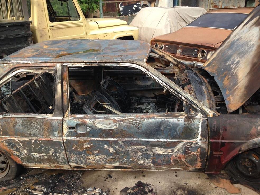 Incêndio queimou carros que estavam em oficina de Rio Preto (Foto: Arquivo pessoal)