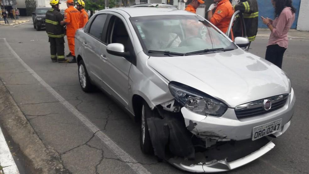 Carro que colidiu contra o da gestante ficou com o para-choque danificado (Foto: Thamires Ribeiro/G1)