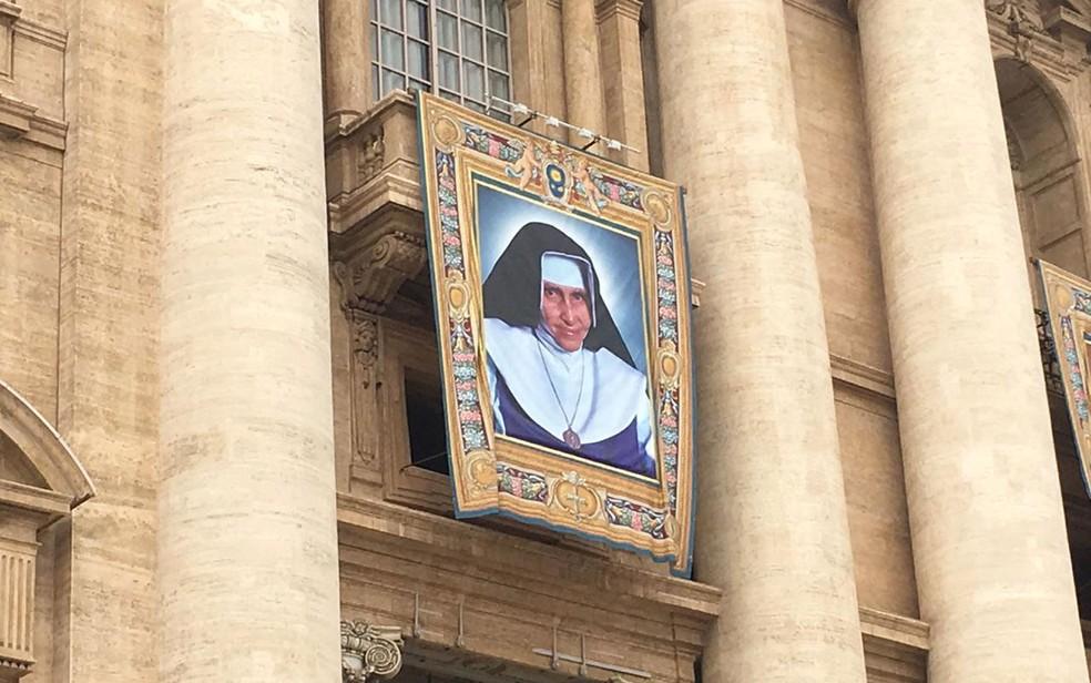 Foto de Irmã Dulce já está ao lado de outros beatos que serão canonizados no Vaticano — Foto: Maiana Belo/G1