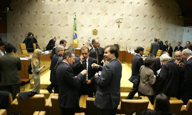 Políticos no plenário do STF