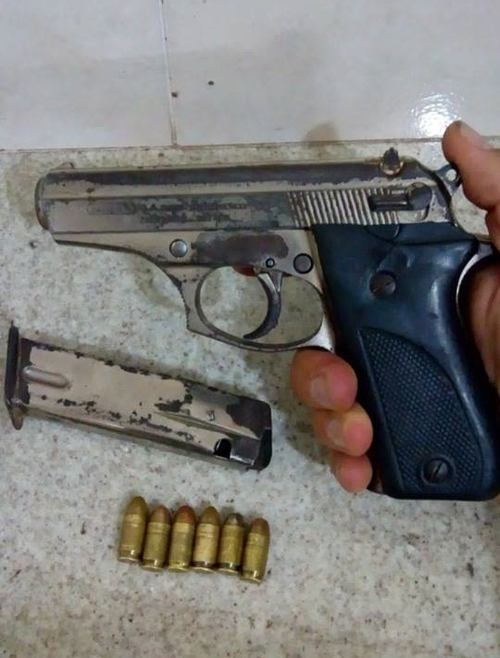 Arma utilizada no roubo ao salão de beleza foi apreendida pela polícia em Rio Preto (Foto: Divulgação/Polícia Militar)