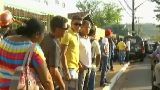 Centenas de pessoas fazem fila atrás de emprego em Parauapebas, no Pará