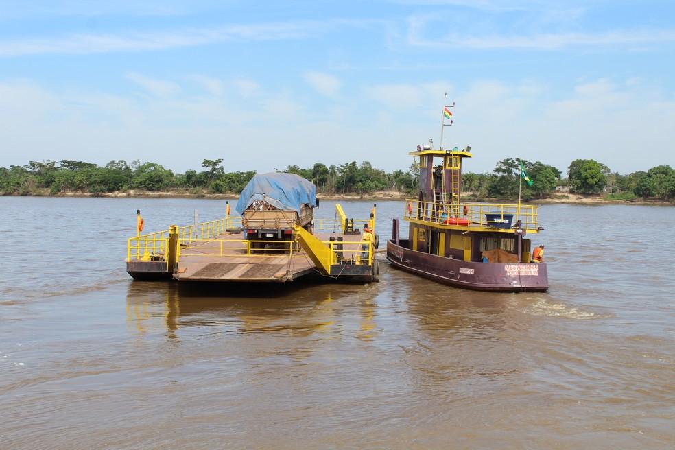 Primeira exportação em uma balsa foi feita no Rio Mamoré, 28 anos depois da Lei que regulamenta o canal de exportações entre Brasil em Bolívia (Foto: Júnior Freitas / G1 RO )