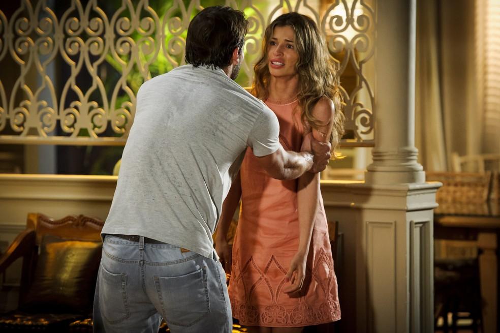 Cassiano (Henri Castelli) conta a Ester (Grazi Massafera) que Alberto (Igor Rickli) o traiu - 'Flor do Caribe' — Foto: Alex Carvalho/Globo
