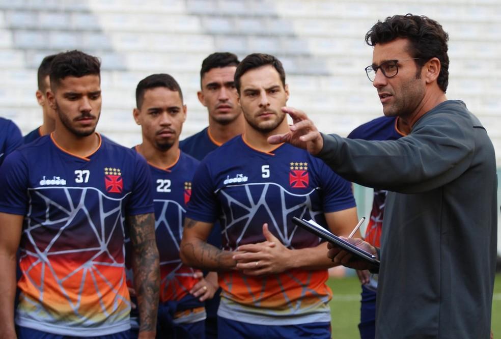 Alberto Valentim conversa com os jogadores do elenco do Vasco (Foto: Carlos Gregório Jr/Vasco)