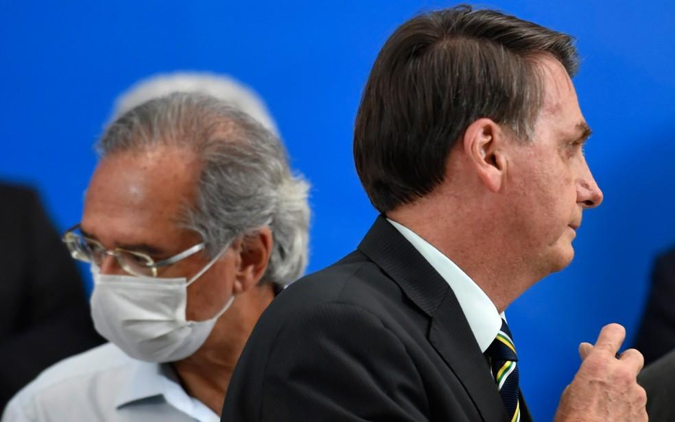 O ministro da Economia, Paulo Guedes, e o presidente Jair Bolsonaro — Foto: Mateus Bonomi/Agif/Estadão Conteúdo