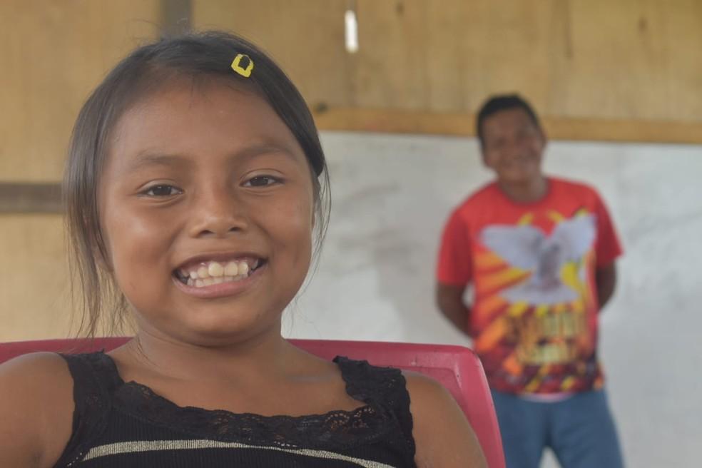 Menina estuda na escola da comunidade indígena Ilha das Flores, na cidade de São Gabriel da Cachoeira (AM). — Foto: Lana Torres/G1