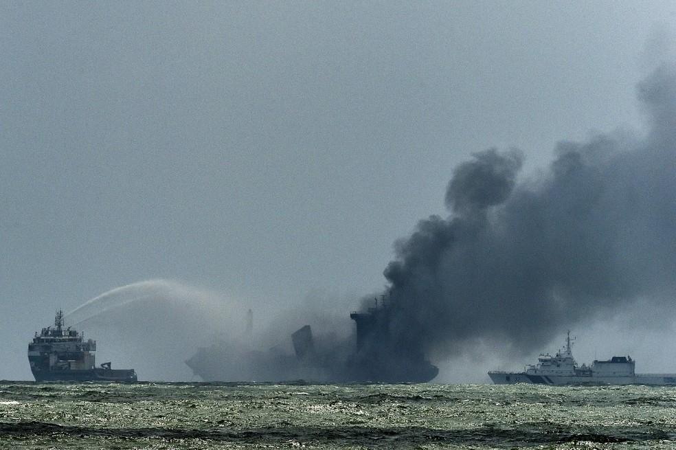 Imagem do navio MV X-Press Pearl em chamas perto da costa do Sri Lanka, em 29 de maio de 2021 — Foto: Ishara S. Kodikara / AFP