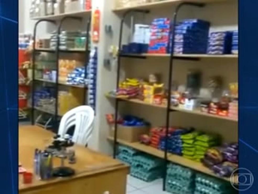 Reportagem feita em 2015 mostrou que mercadinhos vendiam de bolacha a isqueiros dentro de presídios em Mato Grosso (Foto: Rede Globo)