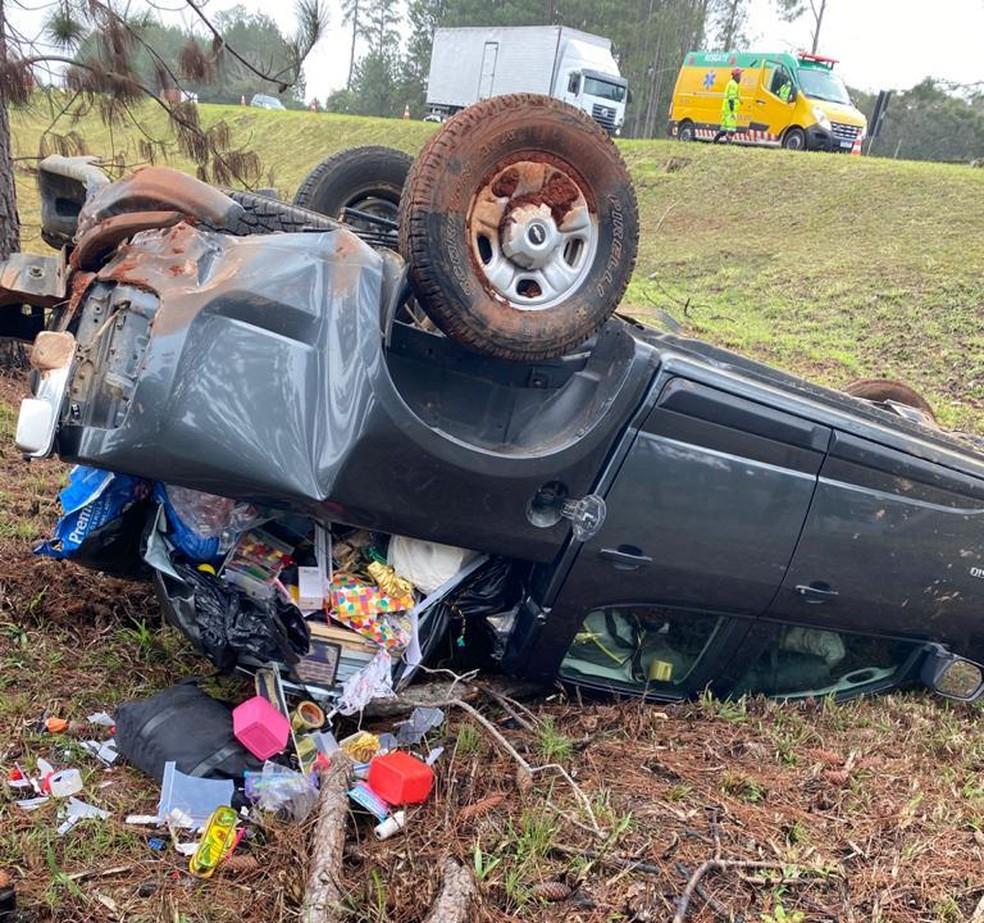 Caminhonete capotou após tentar desviar de um caminhão na BR-116 — Foto: Arquivo pessoal