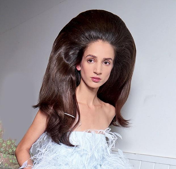 A coleção, fluente em cores com certa descontração, foi pontuada por cabelões anos 60 (Foto: Divulgação)