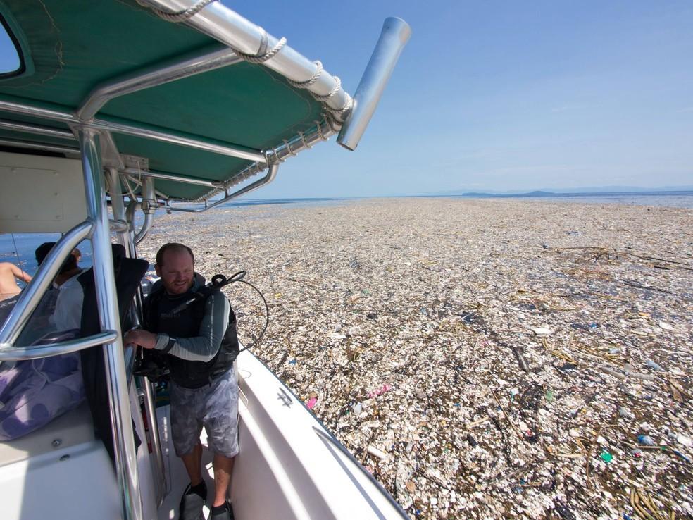Camada de lixo flutuando entre as costas da Guatemala e de Honduras (Foto: Cortesia de Caroline Power)