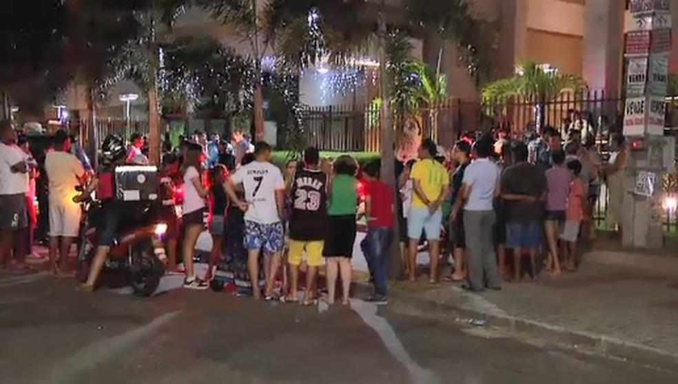 Moradores foram até o local do crime para ver se conheciam o suspeito morto por um passageiro em Fortaleza. — Foto: Reprodução/SVM