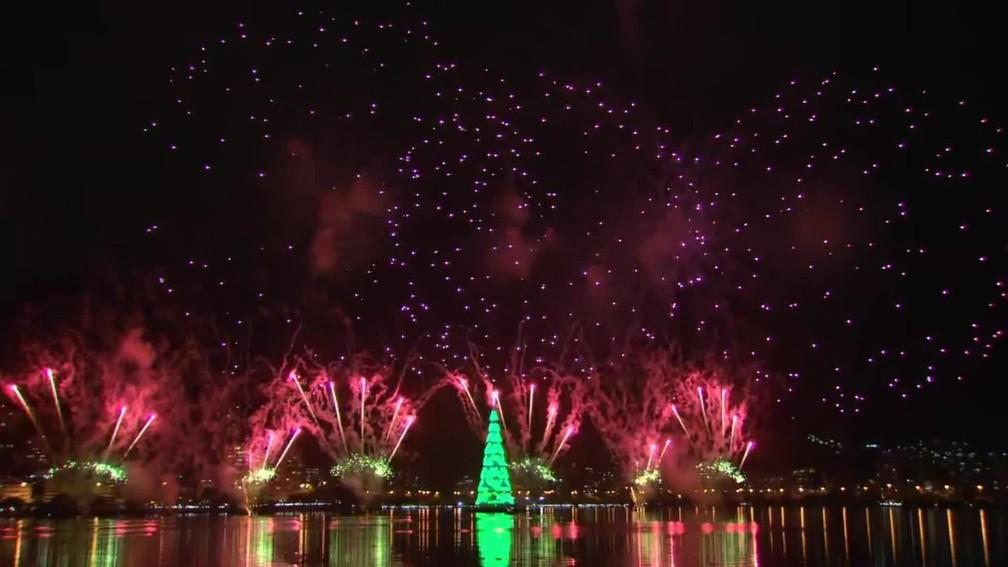Queima de fogos de artifício marcou a inauguração da tradicional Árvore de Natal da Lagoa Rodrigo de Freitas, no Rio — Foto: TV Globo