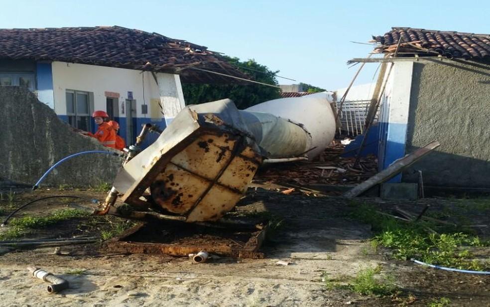 A caixa d'água ficava localizada ao lado da escola (Foto: Kedma Ferr/TV Sergipe)
