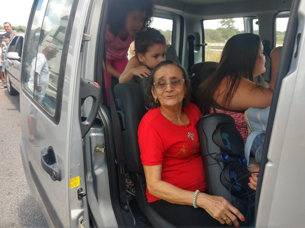 Famílias que viajavam para curtir o feriado ficaram presas no engarramento quilométrico no Ceará — Foto: Hallyson Ferreira/TV Verdes Mares