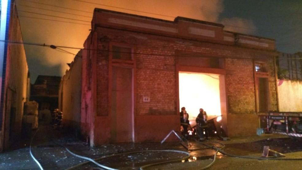 Galpão, próximo ao Porto de Santos, SP, foi destruído por incêndio — Foto: Divulgação/Corpo de Bombeiros