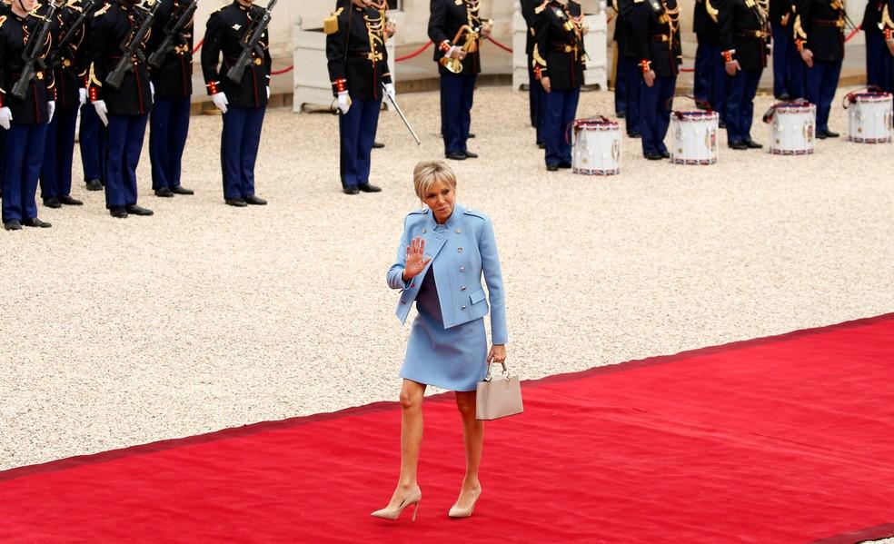 A primeira-dama Brigitte Trongneux chega à cerimônia de posse no Palácio do Eliseu (Foto: Gonzalo Fuentes/Reuters)