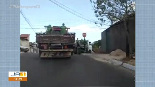 Vídeo mostra funcionários que seriam de prefeitura sendo transportados em caçamba