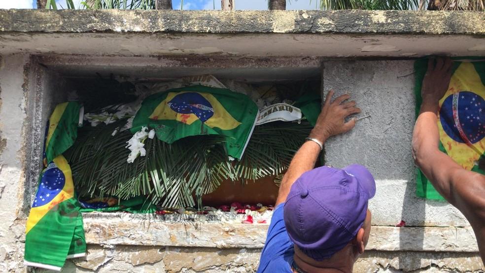 Músico Evaldo dos Santos Rosa é enterrado no Rio — Foto: Henrique Coelho/G1