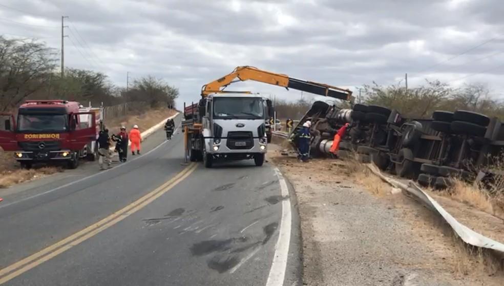 Carreta carregada de mangas tombou em uma curva na BR-427. Duas pessoas morreram — Foto: Geraldo Jerônimo/Inter TV Cabugi