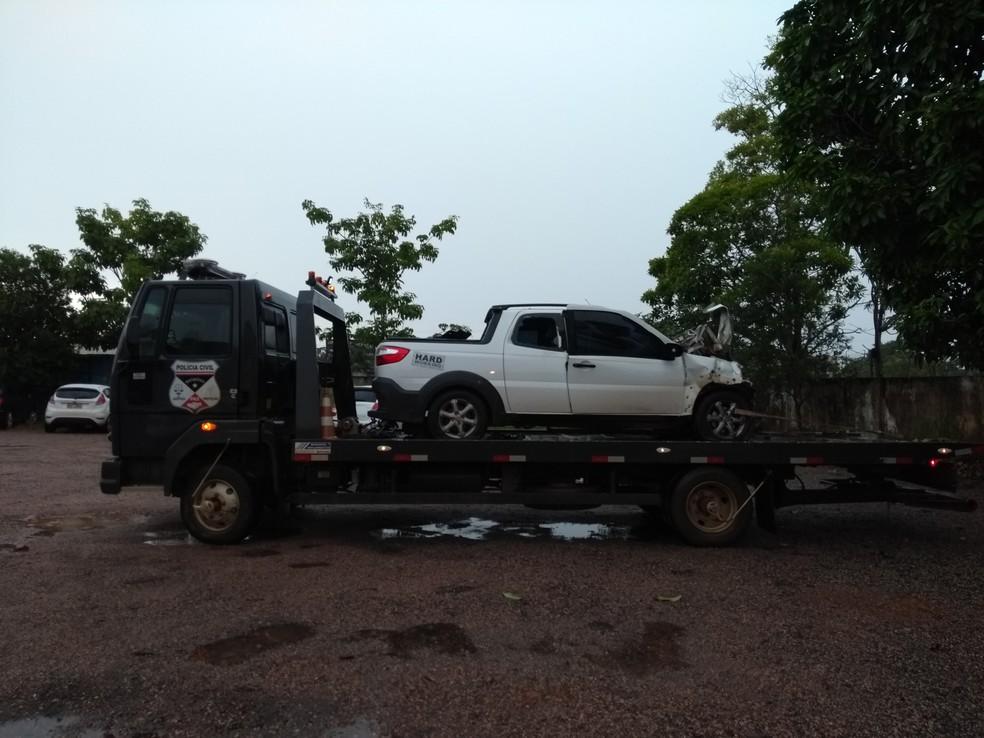 Carro foi removido por um guincho até a Delegacia de Especializada em Delitos de Trânsito (Foto: Hosana Morais/G1)