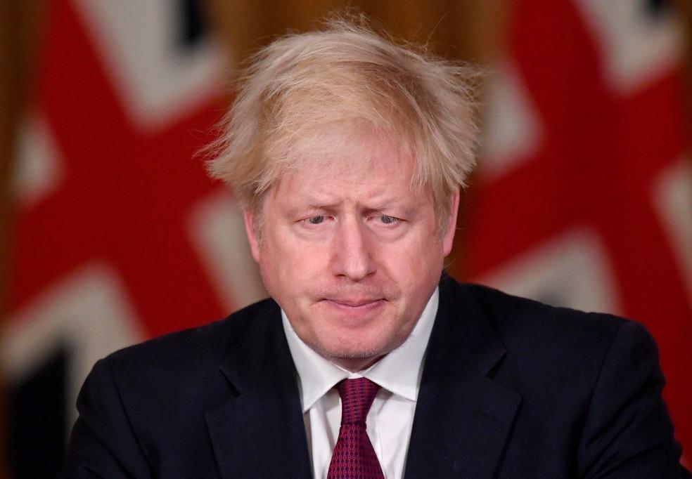 Premiê britânico Boris Johnson durante coletiva de imprensa neste sábado (19), em Londres. — Foto: REUTERS/Toby Melville/Pool