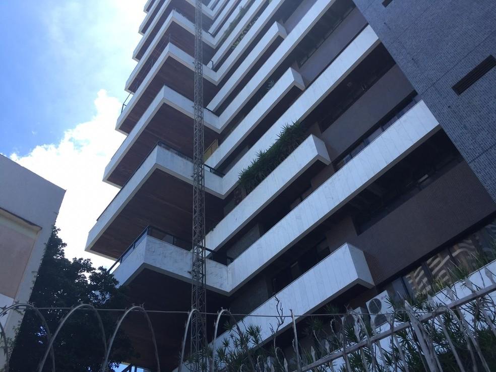 Prédio no Corredor da Vitória onde os trabalhadores caíram de elevador em Salvador — Foto: Alan Oliveira/ G1