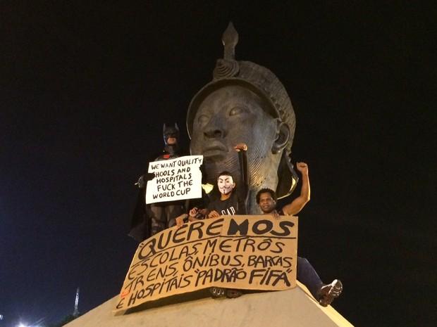 Batman e outros manifestantes protestam em cima do monumento a Zumbi de Palmares (Foto: Marcelo Elizardo / G1)