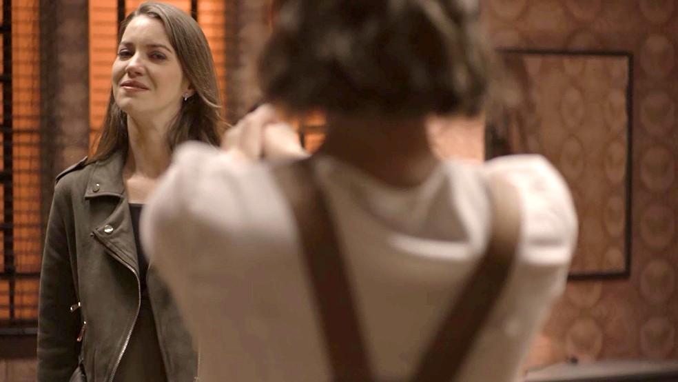 Josiane (Agatha Moreira) vai até a fábrica e tenta atirar em Fabiana (Nathalia Dill), na novela 'A Dona do Pedaço' — Foto: Globo