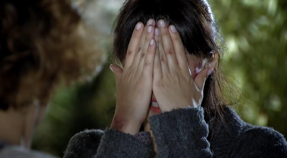 Manuela (Marjorie Estiano) chora ao ser expulsa de casa por Eva (Ana Beatriz Nogueira) em 'A Vida da Gente' — Foto: Globo
