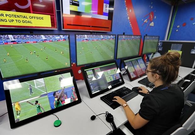 Vista da sala de operação da VAR (Vídeo-assistente de arbitragem) do Centro de Transmissão Internacional da Copa do Mundo de 2018 em Moscou, Rússia (Foto:  EFE/EPA/YURI KOCHETKOV)