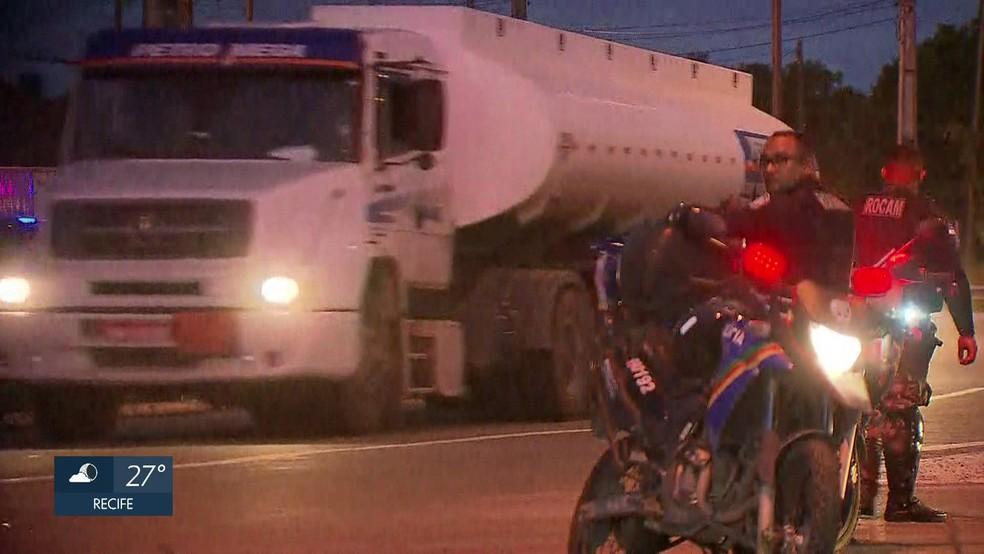 Caminhões com combustível saem do Porto de Suape sob escolta da Polícia Militar  (Foto: Reprodução/TV Globo)