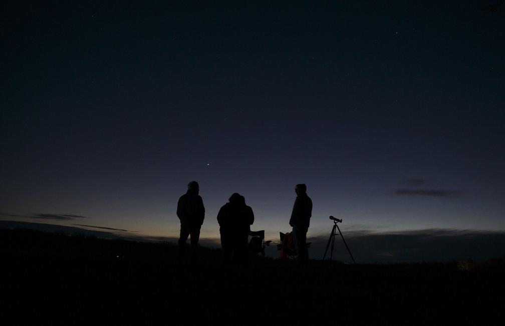 21 de dezembro de 2020 – Pessoas assistem à grande conjunção de Júpiter e Saturno perto de Chancellorsville em Spotsylvania, Virgínia, EUA — Foto: Mike Morones/The Free Lance-Star/AP