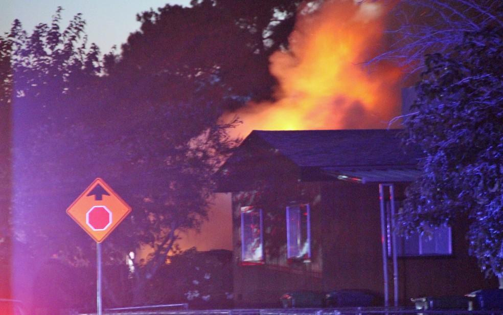 Uma casa em chamas após terremoto em Ridgecrest, Califórnia — Foto: Jessica Weston / Daily Independent / via Reuers