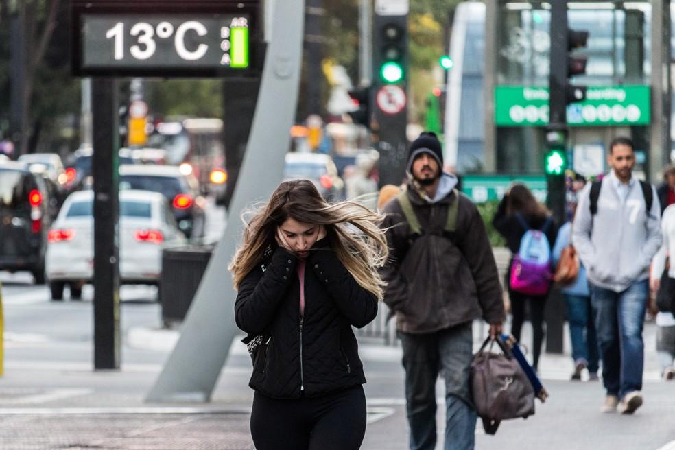 d2e3a9469f2d ... Pedestres enfrentam o frio desta segunda (3) na Avenida Paulista, em São  Paulo