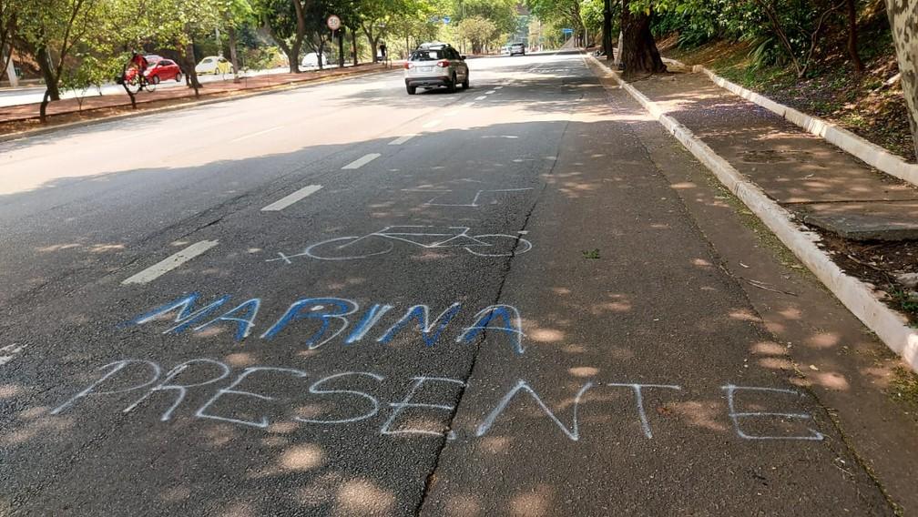 Frases são escritas nas Avenida Sumaré e Paulo VI, na Zona Oeste de SP, em homenagem à cicloativista Marina Kohler Harkot. — Foto: Rodrigo Rodrigues/G1 SP