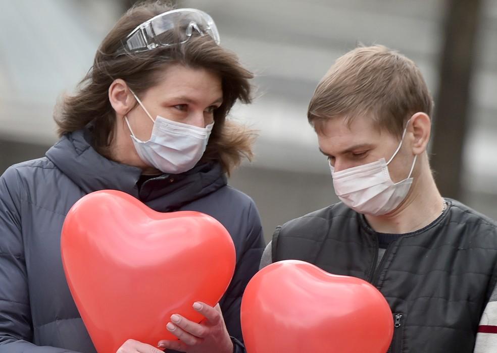Sexo na pandemia: a máscara protege da Covid, mas beijar aumenta os riscos com novos parceiros | Viva você | G1