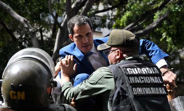 Guarda bolivariano tenta impedir Juan Guaidó de entrar na Assembleia Nacional da Venezuela