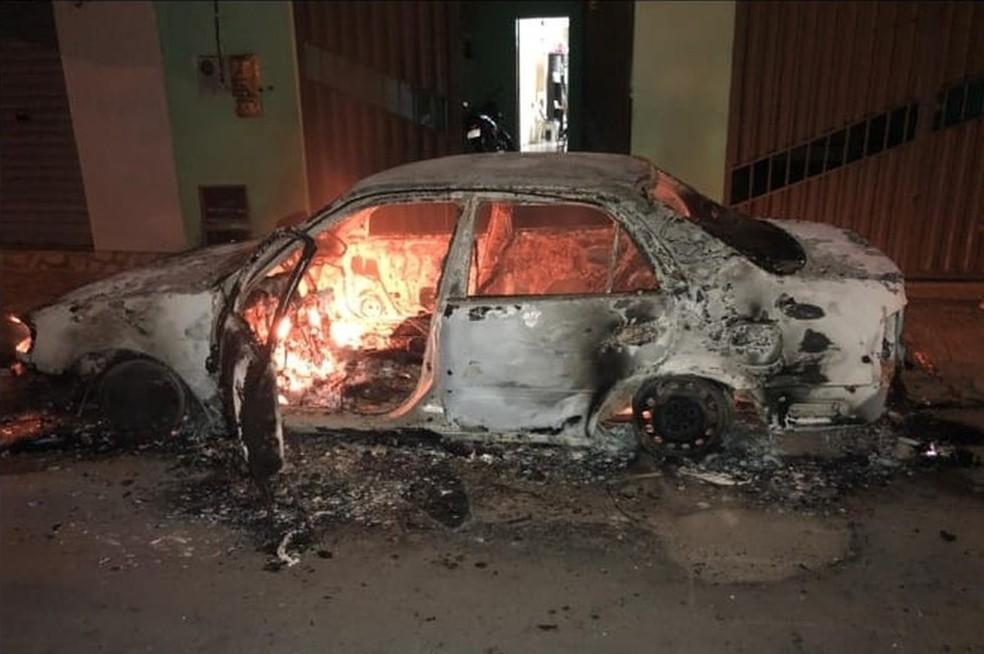Veículo de policial militar foi incendiado na madrugada desta terça-feira, em Ipueiras — Foto: Arquivo pessoal