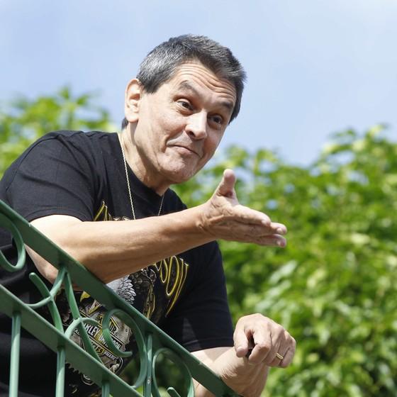 Roberto Jefferson aguarda os policiais federais cumprirem o mandado de prisão em sua casa em Levy Gasparian (Foto: Pablo Jacob/Agência O Globo)
