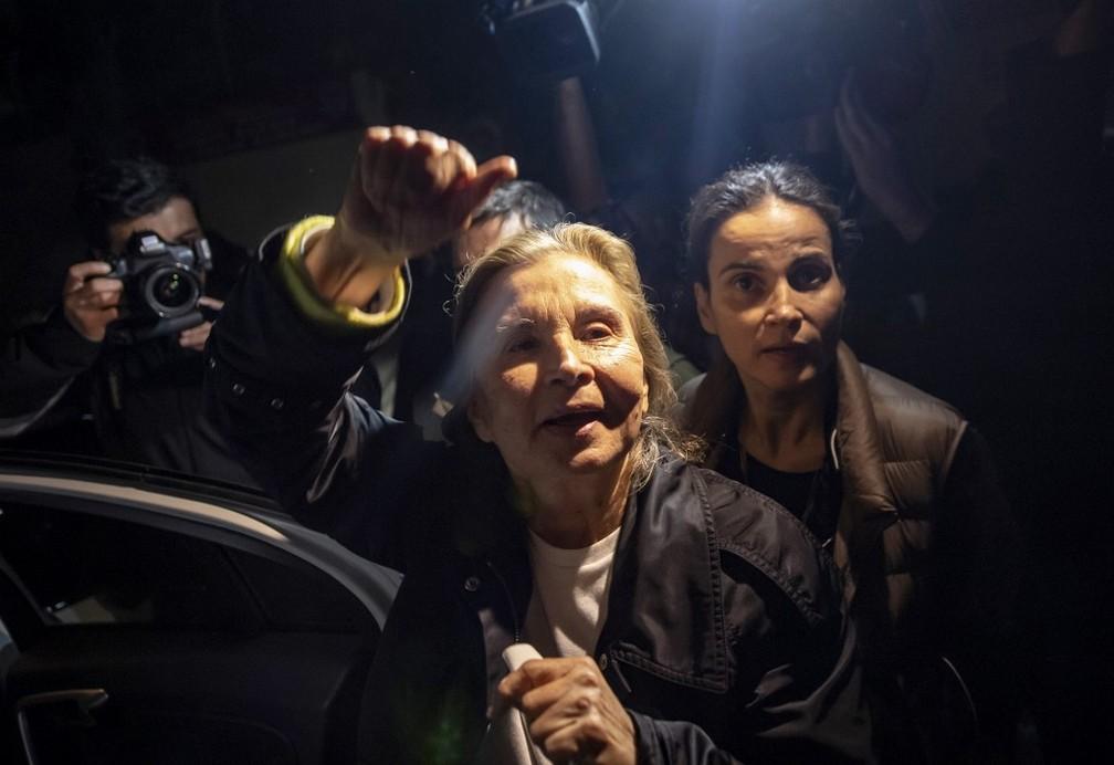 Escritora e jornalista Nazli Ilicak comemora libertação na Turquia nesta segunda-feira (4) — Foto: Yasin Akgul/AFP