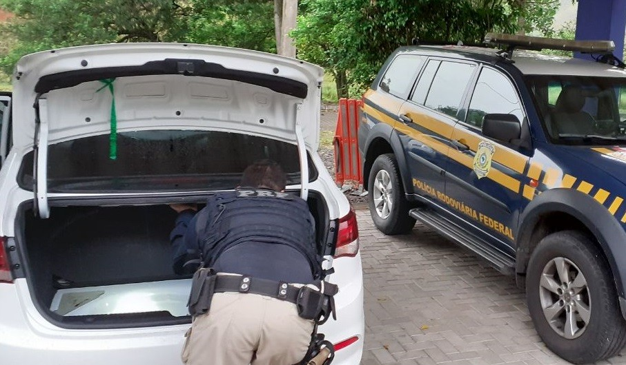 Motorista é preso com carro furtado de locadora e habilitação falsa em Barra do Piraí - Notícias - Plantão Diário