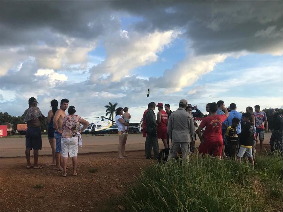 Vítimas foram resgatadas às margens de rio — Foto: Ciopaer-MT/ Divulgação