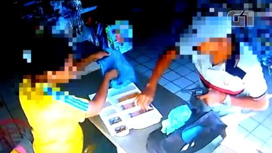 Homem preso por suspeita de assalto é flagrado em vídeo escondendo dinheiro na bermuda