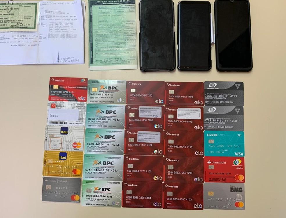 Cartões bancários, aparelhos celulares e uma caminhonete foram apreendidos na operação da PF — Foto: Polícia Federal/Divulgação