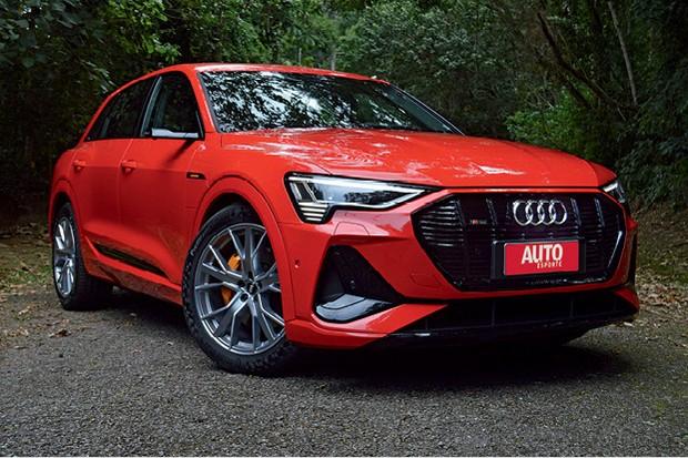 Audi e-tron Performance Black - Seu desempenho é muito forte, digno de um esportivo. Dá a impressão de ser muito mais leve do que realmente é. (Foto: André Schaun)